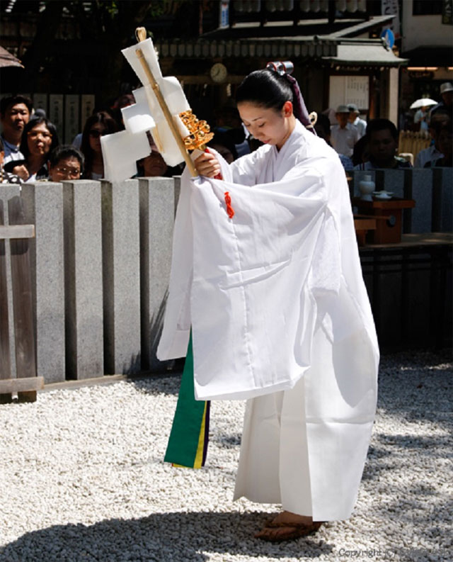 御湯神楽神事 1日・15日・22日 午後12時30分 / 石切劔箭神社